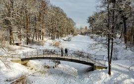 Widok na ośnieżony Park Miejski i mostek na Martówce