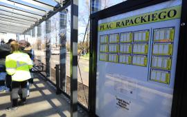 Na zdjęciu: tablica z rozkładami jazdy