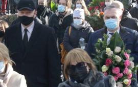 Na zdjęciu: prezydent Torunia podczas uroczystości pogrzebowych