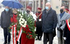 Rektor UMK prof. Andrzej Sokala i prezydent Miasta Torunia Michał Zaleski w delegacji przy pomniku Kopernika