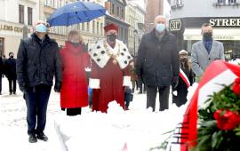Delegacja miasta i uniwersytetu u stóp pomnika Mikołaja Kopernika