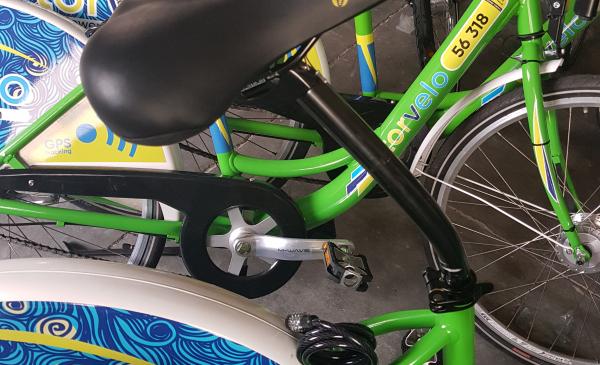 ZIelono-białe rowery miejskie