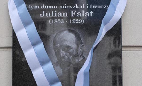 Na zdjęciu: tablica poświęcona Julianowi Fałatowi przy Fosie Staromiejskiej 28 z biało-niebieską wstęgą