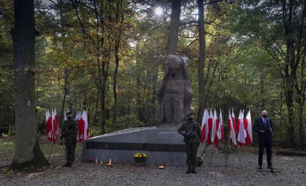 Miejsce pamięci pierwszych straceń na Barbarce, obok stoją biało-czerwone flagi, żołnierze pełnią wartę, przemawia prezydent Michał Zaleski
