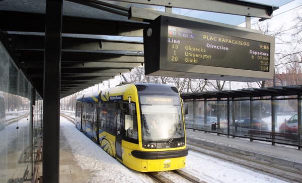 Na zdjęciu: węzeł przesiadkowy i tramwaj MZK