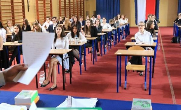 Na zdjęciu: młodzież siedząca w sali podczas egzaminu