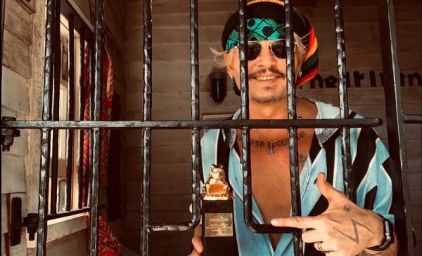 Na zdjęciu Johnny Depp ze statuetką Złotej Żaby