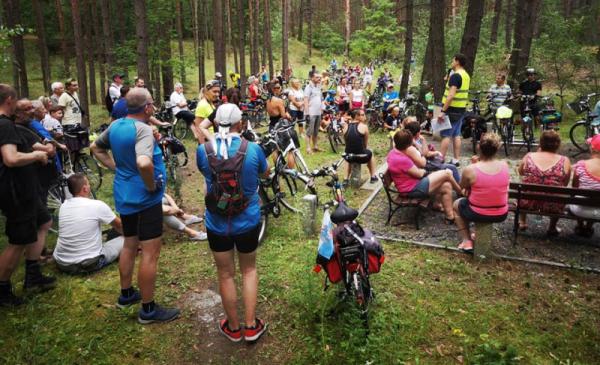 Na zdjęciu: uczestnicy rajdu rowerowego w lesie