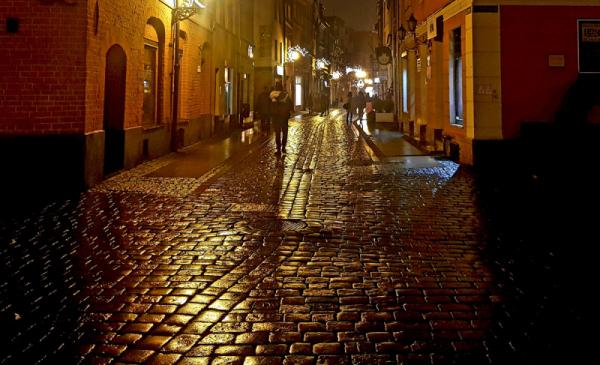 Na zdjęciu śliski chodnik na Starówce