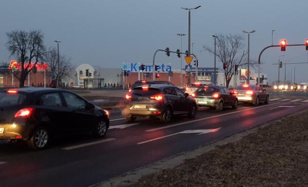 Samochody jadące wieczorną ulicą Wielki Rów, fot. Małgorzata Litwin