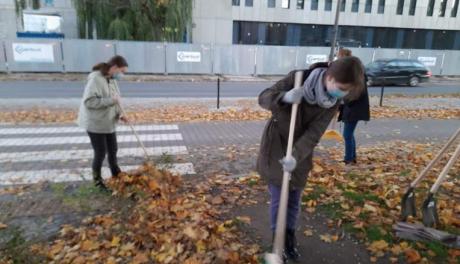 Na zdjęciu: młodzież grabi liście