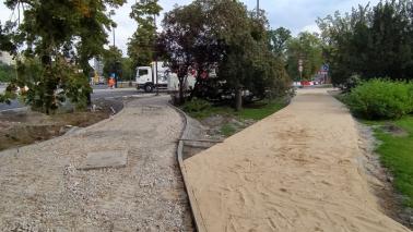 Na zdjęciu podłoże do nowego chodnika i ścieżki rowerowej  wzdłuż al. św. Jana Pawła II
