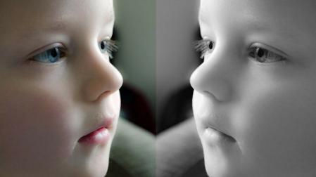 zdjęcie dziecka w lustrzanym odbiciu