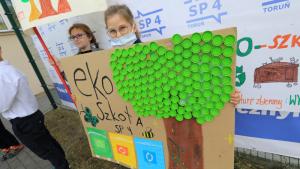Uczennica Szkoły Podstawowej nr 4 prezentuje pracę promującą zbieranie makulatury