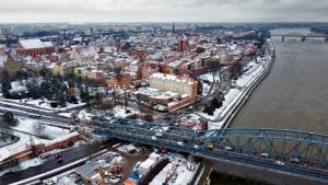 Zimowa starówka Torunia z drona - widok od strony mostu Piłsudskiego