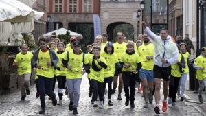 Na zdjęciu biegacze dobiegają do mety na Rynku Staromiejskim