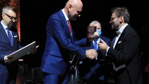Dyrygent Przemysław Fiugajski otrzymuje medal prezydenta Thorunium