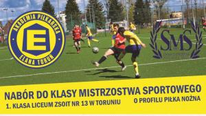 Na zdjęciu młodzi sportowcy grają w piłkę nożną