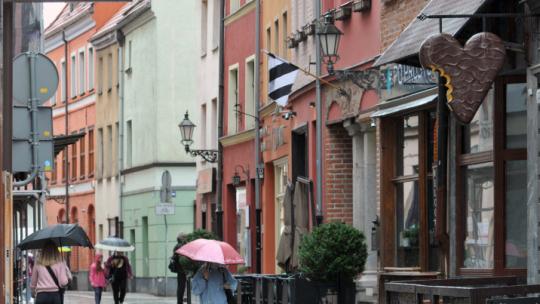 Na zdjęciu: przechodnie spacerujący ulicą Szewską