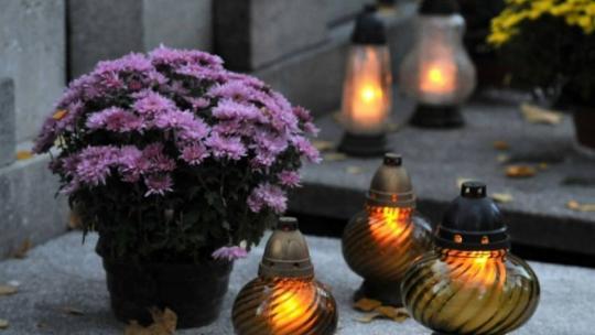 Znicze i kwiaty na nagrobku w Toruniu, fot. Małgorzata Litwin