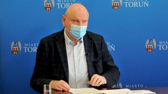 Na zdjęciu prezydent Michał Zaleski w maseczce podczas sesji Rady Miasta Torunia zdalnej