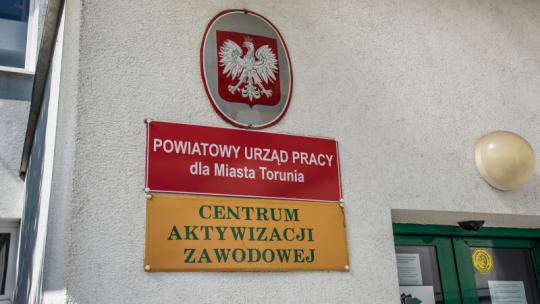 Tabliczki informacyjne na budynku Powiatowego Urzędu Pracy