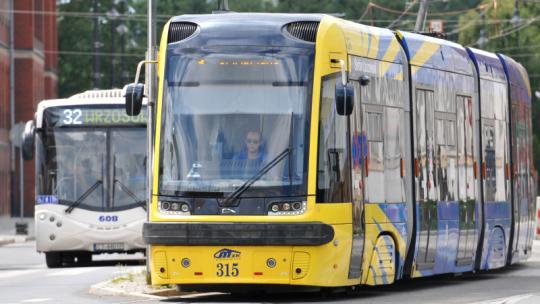 Na zdjęciu: żółto-niebieski tramwaj