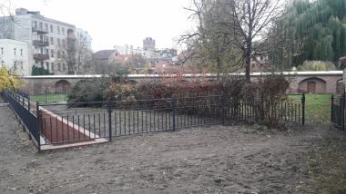 Teren z balustradą otaczającą Strugę Toruńską