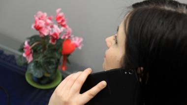 Na zdjęciu: kobieta rozmawiająca przez telefon