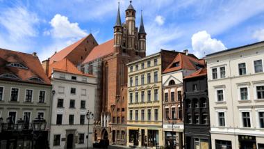 Kamienice na Rynku Staromiejskim, za nimi widać fragment kościoła pw. Najświętszej Panny Marii