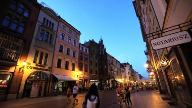 Na zdjęciu kamienice przy ul. Szerokiej w Toruniu wieczorem