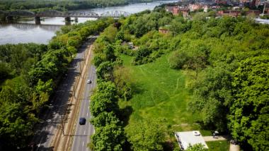 Widok na park Glazja, Wisłę i toruńską starówkę z drona
