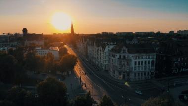 Na zdjęciu kamienice na ulicy Warszawskiej w Toruniu podczas zachodu słońca