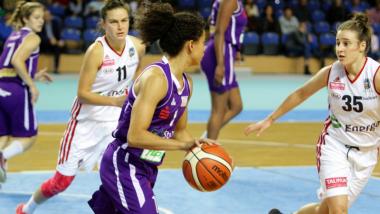 Na zdjęciu: zawodniczki w trakcie meczu koszykówki