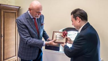prezydent Michał Zaleski wręcza ambasadorowi Hiszpanii grafikę