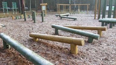 Drewniane sprzęty na placu zabaw na Barbarce