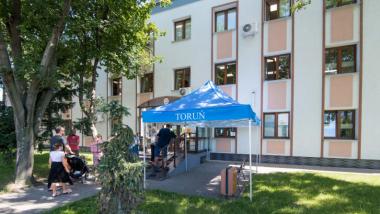 Na zdjęciu: namiot ustawiony przed budynkiem urzędu przy ul. Batorego