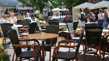 Na zdjęciu: ogródek gastronomiczny na Rynku Staromiejskim