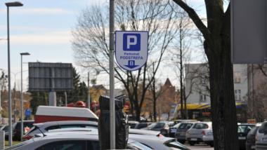 Na zdjęciu parking samochodowy ze znakiem informacyjnym pionowym Parkomat Podstrefa B