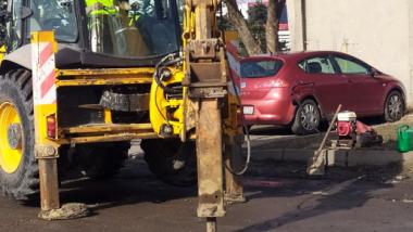 Zrywanie zniszczonego asfaltu przez specjalistyczny sprzęt