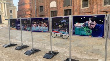 Wystawa zdjęć z wydarzeń lekkoatletycznych, jakie odbywały się w Toruniu. W tle ściana Ratusza Staromiejskiego