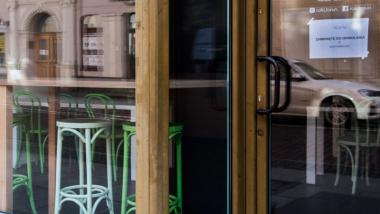 Na zdjęciu wejście do lokalu, na drzwiach przywieszona kartka z napisem zamknięte do odwołania #zostań w domu