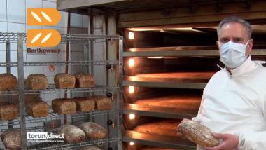 Wnętrze piekarni, blachy ze świeżo upieczonym chlebem