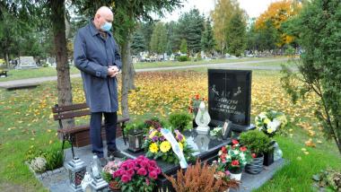 Prezydent Torunia Michał Zaleski nad grobem zmarłej na Covid-19 pielęgniarki Katarzyny Zawady