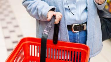 zdjęcie starszej osoby z koszykiem na zakupy