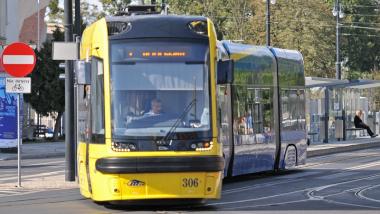 Na zdjęciu tramwaj skręca w ul. Wały Generała Sikorskiego
