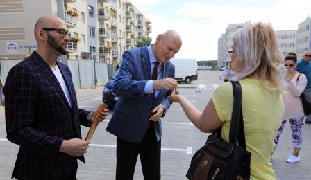 Na zdjęciu prezydent Michał Zaleski wręcza mieszkance klucze, obok stoi jego zastępca Zbigniew Rasielewski