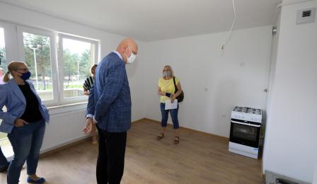 Na zdjęciu prezydent Michał Zaleski przygląda się mieszkaniom