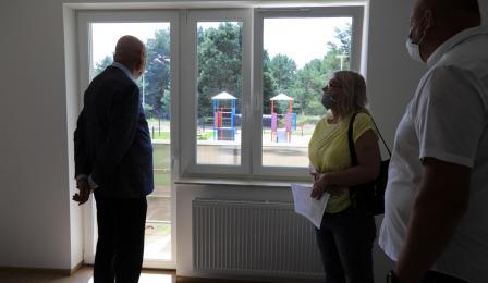 Na zdjęciu prezydent Michał Zaleski przygląda się inwestycji