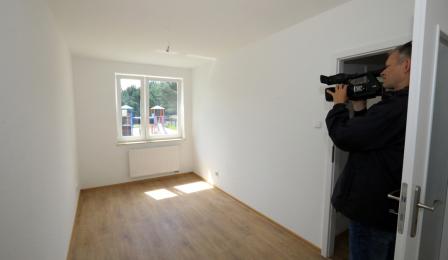 Na zdjęciu operator kamery filmuje mieszkania